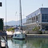 Blick auf das Hafengebäude der Marina Kastela